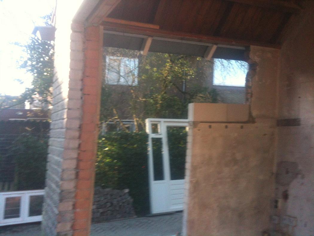 Opening in buitenmuur voor aanbouw woning Wageningen