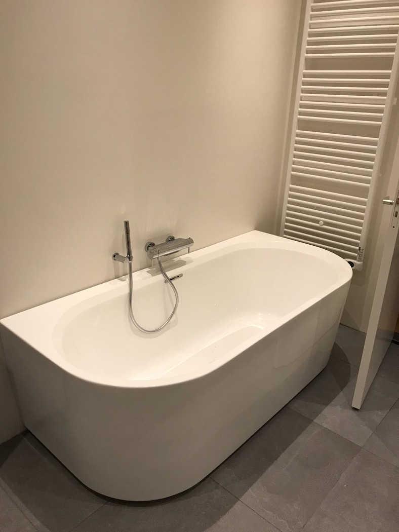 Plaatsen van bad bij badkamer renovatie