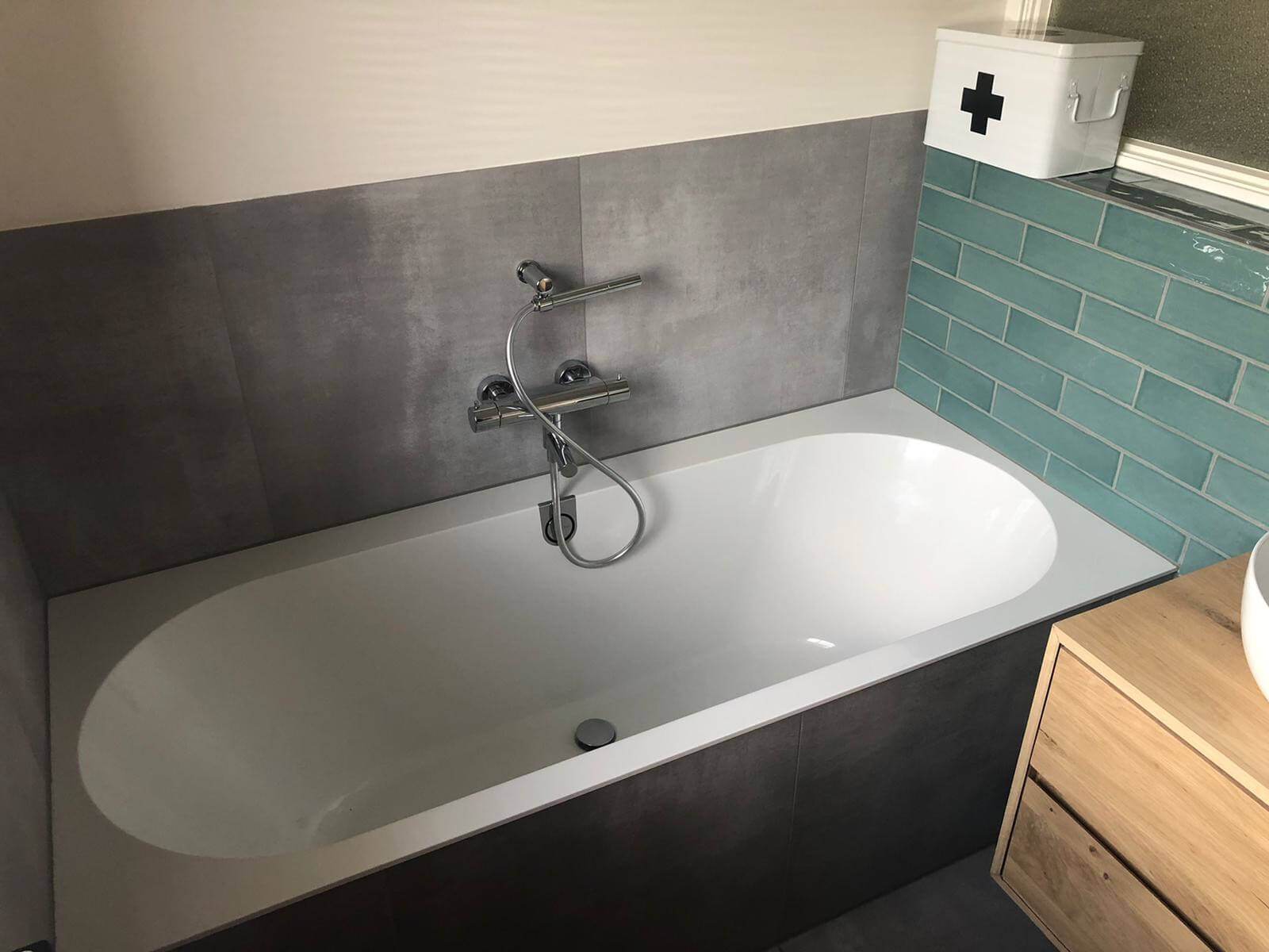 Nieuwe badkuip en tegelwerk badkamer zwolle